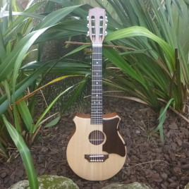 CROWN ROYALE BARITONE GUITALELE – Sitka spruce top